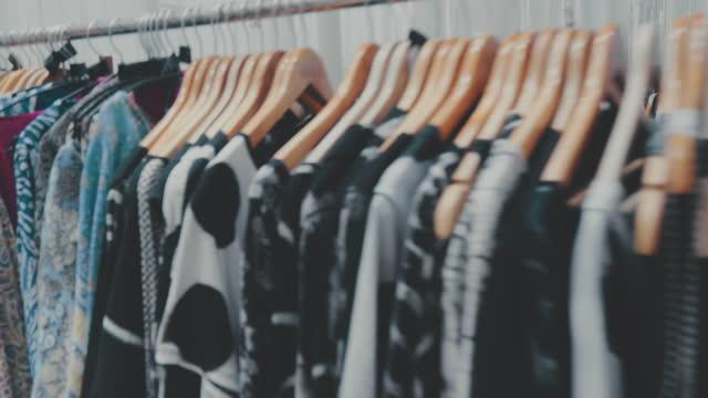 persönliche perspektive : kundenhand-shopping - kleid stock-videos und b-roll-filmmaterial