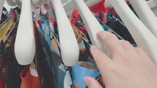 persönliche perspektive : kundenhand-shopping - subjektive kamera ungewöhnliche ansicht stock-videos und b-roll-filmmaterial