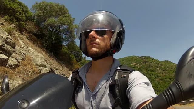 Prospettiva del fotografo: Guida di un veicolo motociclista