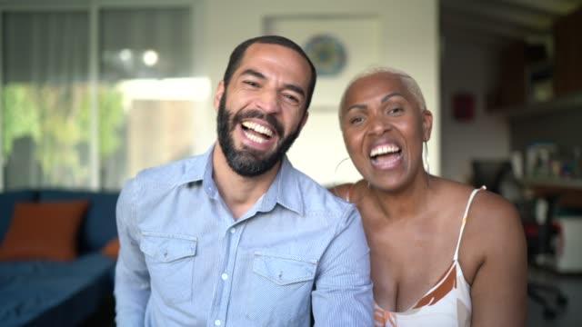 vidéos et rushes de perspective personnelle d'un couple faisant un appel vidéo - webcam