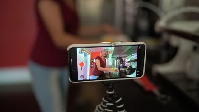 vidéos et rushes de perspective personnelle d'un influenceur numérique faisant une vidéo utilisant la cuisson de trépied à la maison - influenceur