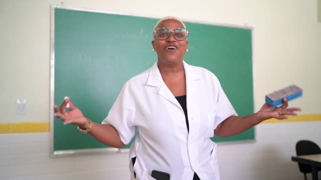 vídeos de stock e filmes b-roll de personal perspective of a teacher doing a online class at school - professora