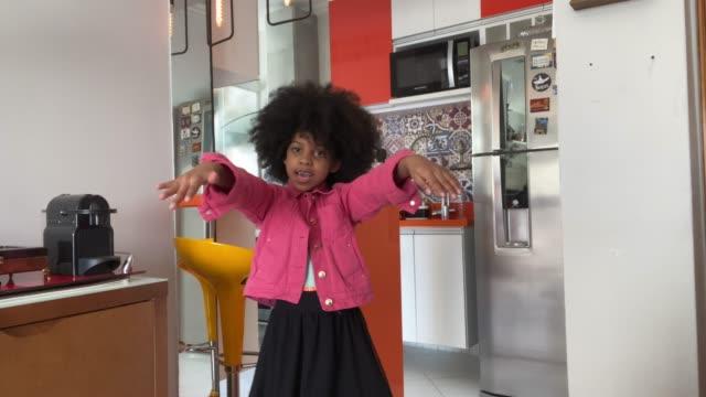 vídeos de stock, filmes e b-roll de perspectiva pessoal de uma jovem dançando e gravando - rotina