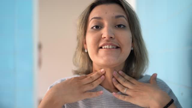 vídeos y material grabado en eventos de stock de perspectiva personal de una joven explicando los síntomas al médico en una videollamada - explicar