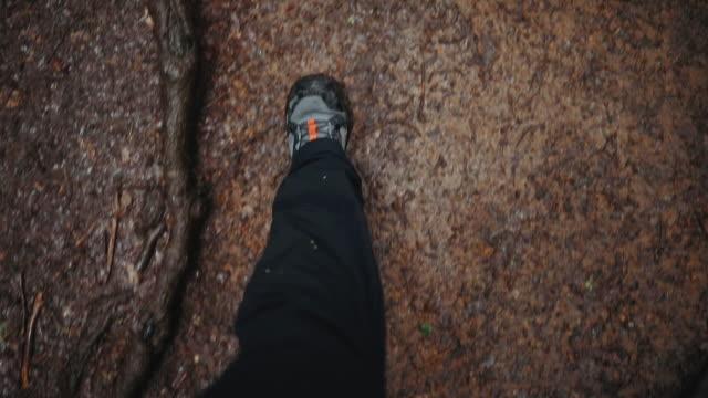 未舗装道路のハイカーブーツの個人的な視点 - ブーツ点の映像素材/bロール