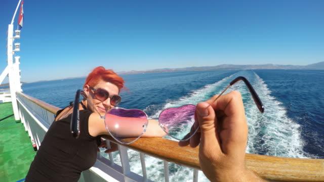 POV perspectiva Personal de mirando a través de las gafas de sol