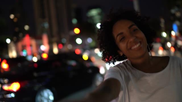 vídeos de stock, filmes e b-roll de perspectiva pessoal das mãos do noivo da terra arrendada da mulher, olhando a câmera - seguindo