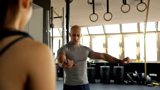 Persönlicher Trainer erklärt Bankdrücken training