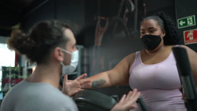 personal trainer helping young woman doing an exercise at gym - using face mask - encouragement stock videos & royalty-free footage