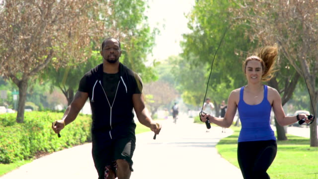 vídeos de stock e filmes b-roll de personal trainer - jumping rope - corda de saltar