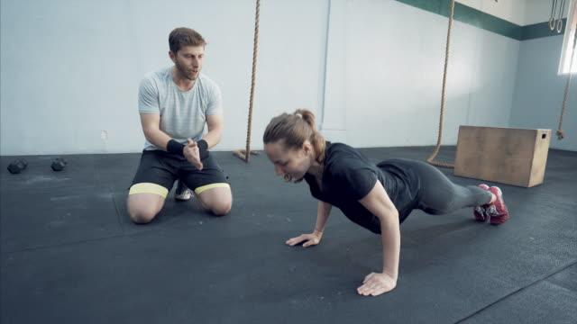 vídeos de stock, filmes e b-roll de personal trainer. - instrutor de fitness