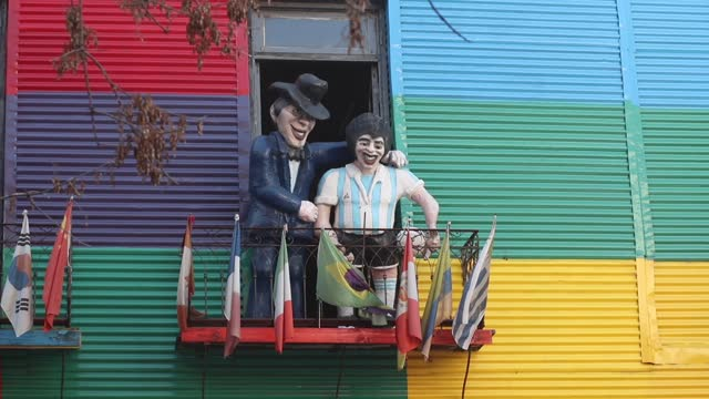 vidéos et rushes de personalities sculptures appear on windows of colorful houses in the tourist area of la boca neighborhood on august 01 in buenos aires, argentina. - la boca