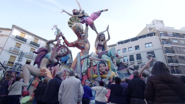personas admirando una falla - escultura stock videos & royalty-free footage
