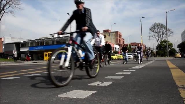 vídeos y material grabado en eventos de stock de personas que usan a diario su bicicleta para ir al trabajo o hacer ejercicio disfrutaban a sus anchas este jueves de las calles de bogota la capital... - jueves