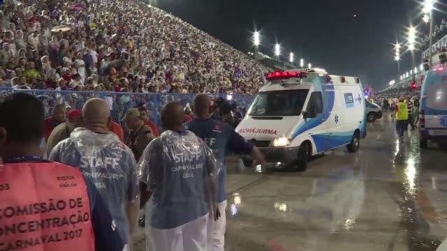20 personas resultaron heridas como consecuencia del choque de una carroza fuera de control contra una tribuna vallada durante el desfile inaugural...