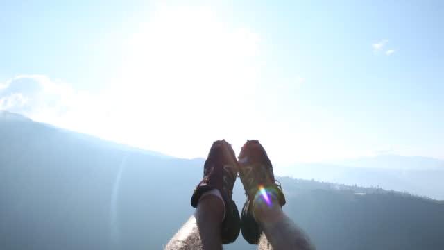 stockvideo's en b-roll-footage met pov van iemands voeten, terwijl het swingende boven vallei - ecuador