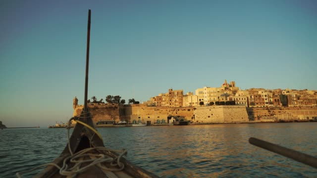 stockvideo's en b-roll-footage met perspective from small boat off the coast of malta - valletta
