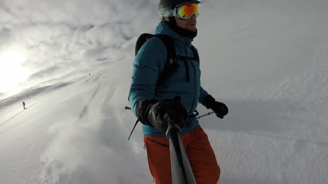 pov perspective of man skiing through fresh powder snow - skibrille stock-videos und b-roll-filmmaterial