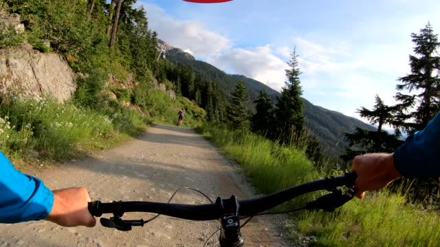 vídeos y material grabado en eventos de stock de perspectiva pov de pista descendente ciclista de montaña - mountain bike