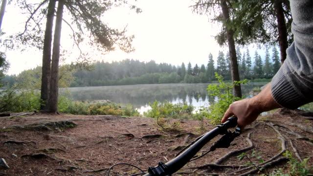 pov-perspektive des mountainbikers auf dem weg - exploration stock-videos und b-roll-filmmaterial