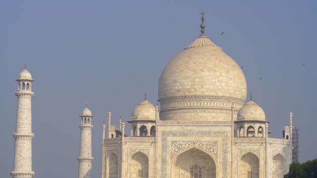 vídeos de stock e filmes b-roll de a perspective view on taj-mahal in india - taj mahal