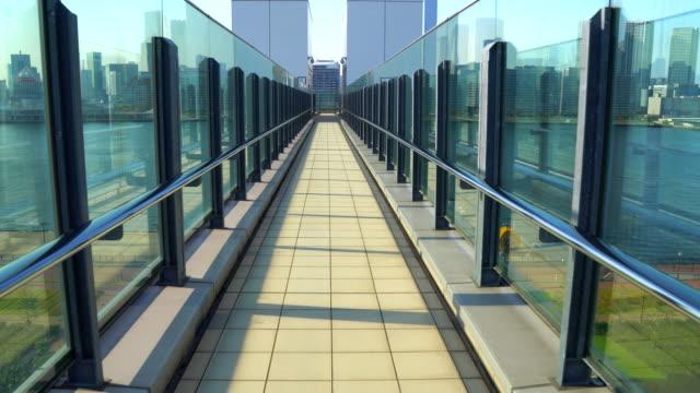 vídeos de stock, filmes e b-roll de perspectiva ampla vista da passarela elevada - trilha passagem de pedestres