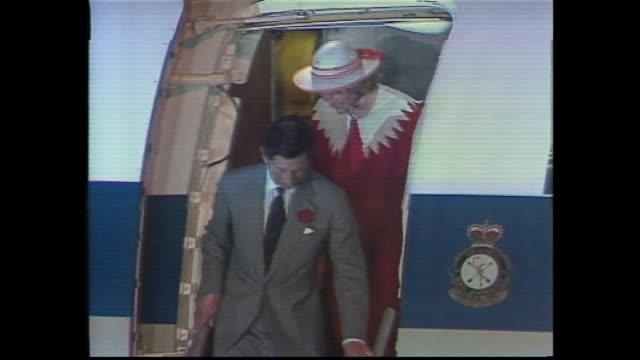 vídeos y material grabado en eventos de stock de prince charles and princess diana out of plane and down steps and greeted by official party - handshake with governor of western australia sir... - 1983