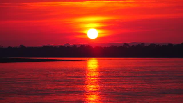 peru, amazon basin, sunrise on the marañón river, pacaya samiria national reserve - ロマンチックな空点の映像素材/bロール