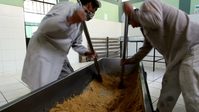 peru, production of brown sugar - braun stock-videos und b-roll-filmmaterial