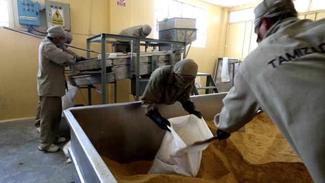 peru, production of brown sugar - zucker stock-videos und b-roll-filmmaterial