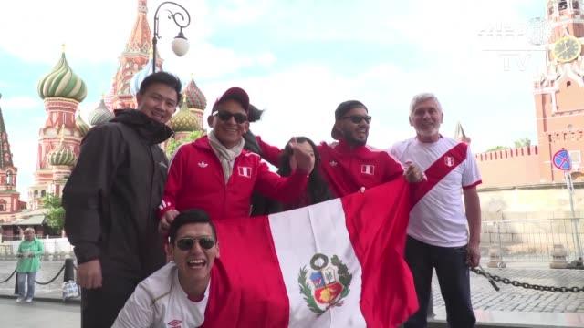 peruanos colombianos mexicanos y argentinos entre otros recorren la capital rusa con banderas y camisetas alentando a sus selecciones a pocas horas... - peruvian ethnicity stock videos and b-roll footage
