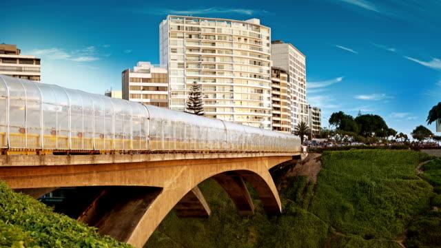 vídeos de stock e filmes b-roll de peruano ponte perto do litoral de lima - puente