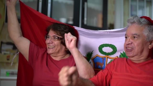 ペルーの老夫婦ファンの家でサッカーの試合を見て - ペルー人点の映像素材/bロール