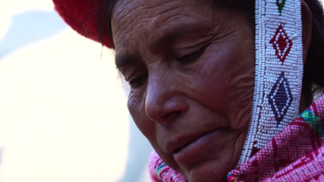 ペルーの女性の肖像画 - 民族衣装点の映像素材/bロール