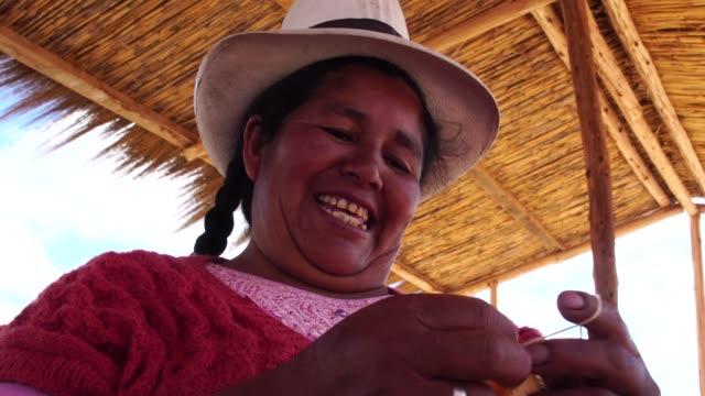 tessitura di giovani donne peruviane - tessere video stock e b–roll