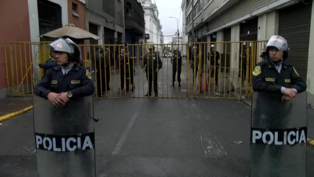 stockvideo's en b-roll-footage met peruvians are not able to access their workplace as police officers block a two block perimeter around congress a day after president martin vizcarra... - peruaanse etniciteit