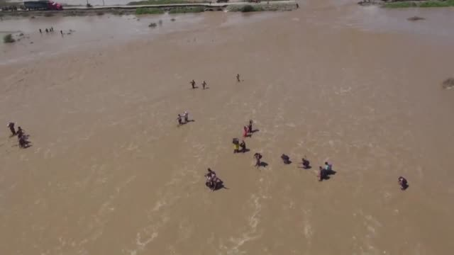 stockvideo's en b-roll-footage met peruvians are struggling to cope with avalanches mudslides and extensive flash flooding caused by torrential downpours as forecasters predict still... - peruaanse etniciteit
