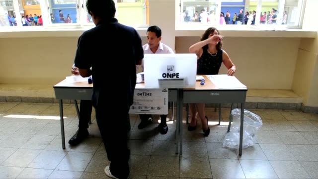stockvideo's en b-roll-footage met peruvians began voting sunday in general elections for a new president with leftist ollanta humala a clear favorite but widespread uncertainty over... - peruaanse etniciteit