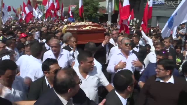 stockvideo's en b-roll-footage met peruvians gather in lima to bid a final farewell to former president alan garcia who died two days ago after shooting himself in the head when police... - peruaanse etniciteit
