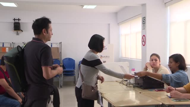 stockvideo's en b-roll-footage met peruvians head to the polls to vote in a referendum on constitutional reforms prohibiting the reelection of legislators regulating the financing of... - peruaanse etniciteit