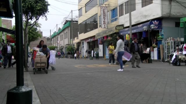 stockvideo's en b-roll-footage met peruvians in lima consider the latest turn in the country's political crisis after president martin vizcarra consolidated power in a tense stand off... - peruaanse etniciteit