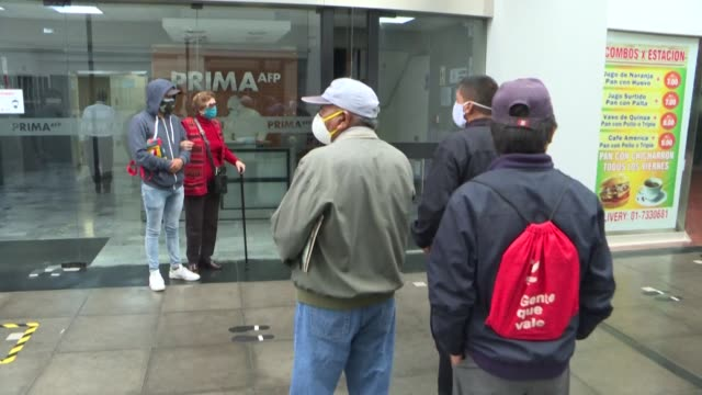 stockvideo's en b-roll-footage met peruvians needing cash in lima queue up outside the offices from their afp pension fund as the institution allows more than six million residents to... - peruaanse etniciteit