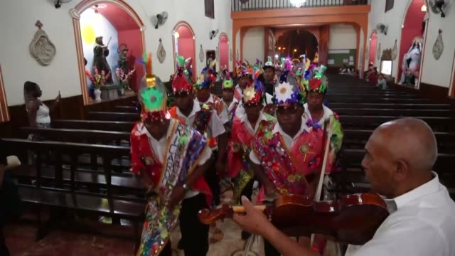 stockvideo's en b-roll-footage met peruvians perform hatajo de negritos and las pallitas with love and devotion to the child god weeks after the two traditional dances were added to... - peruaanse etniciteit
