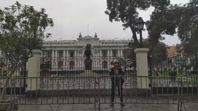 stockvideo's en b-roll-footage met peruvians react to president martin vizcarra's decision to dissolve parliament and call for fresh elections prompting a vote by lawmakers to suspend... - peruaanse etniciteit