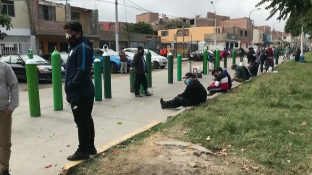 peruvians wait in a queue to recharge oxygen bottles for patients with respiratory problems in lima as the number of covid-19 cases in the country... - peruanskt ursprung bildbanksvideor och videomaterial från bakom kulisserna