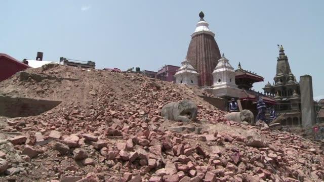 vídeos y material grabado en eventos de stock de a pesar de la devastacion sufrida por los centenarios templos de katmandu a causa del terremoto de 78 grados que sacudio nepal aun hay esperanza de... - terremoto