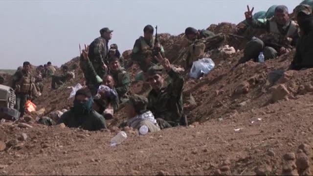 peshmerga and shiite militias heshi shabi launch an operation against daesh to regain the control of turkmen village bashir 2 km from bashir region... - 2日目点の映像素材/bロール