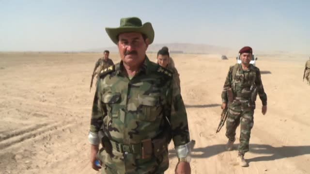 peshmerga fighter's leader at outpost gives orders to fighters following isil capture of mosul dam - kurdischer abstammung stock-videos und b-roll-filmmaterial