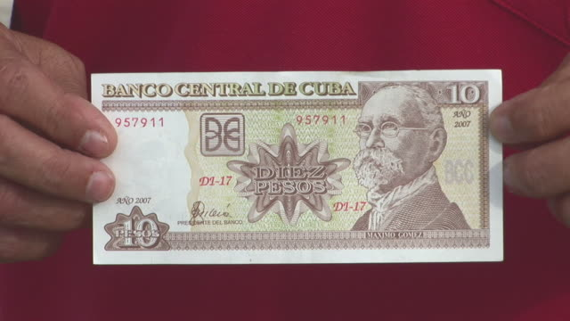stockvideo's en b-roll-footage met cu 10 pesos bill, central bank of cuba / havana city, havana, cuba - westers schrift