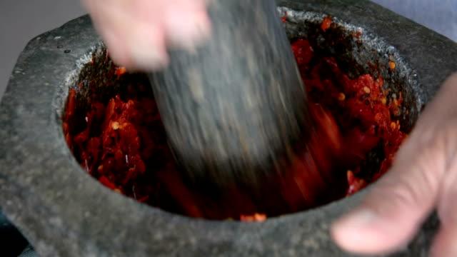 pestling Chili in motar, Thai-Küche.
